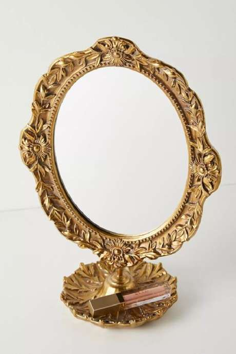 40. Espelho de mesa vintage com acabamento dourado. Fonte: Pinterest