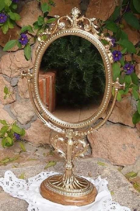 38. Espelho de mesa vintage com estrutura em dourado. Fonte: Pinterest