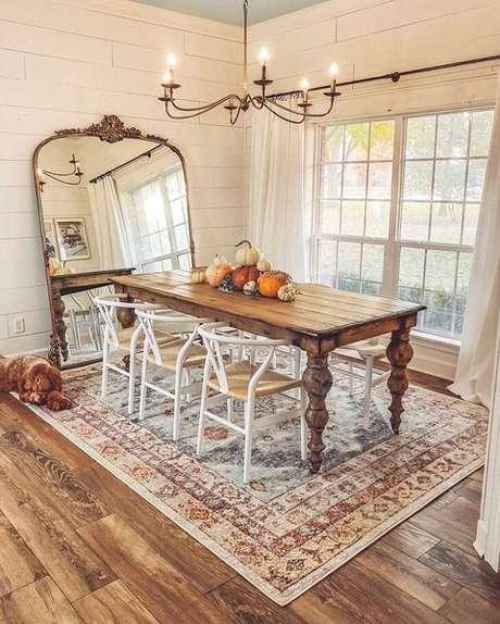 4. Espelho vintage de chão combinado com o acabamento do lustre realçam a beleza da sala de jantar. Fonte: Pinterest