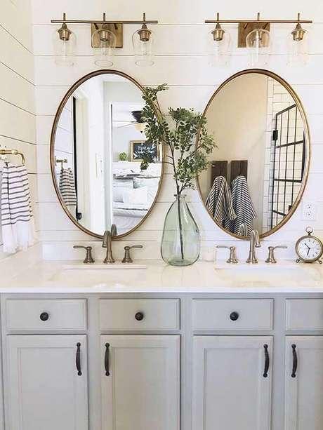 33. Espelho vintage oval foi a opção certa para esse banheiro compartilhado. Fonte: Pinterest