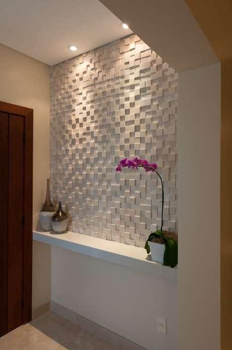 36. Hall de entrada decorado com revestimento 3D branco – Foto: Bernal Projetos