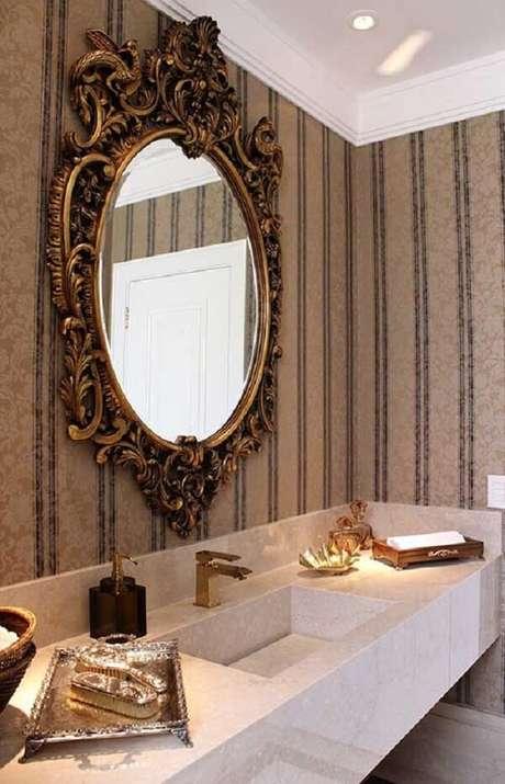 32. Lavabo com espelho vintage e papel de parede listrado. Fonte: Pinterest