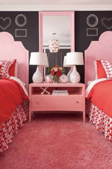 30. Modelo de espelho com moldura vintage rosa é super delicado e romântico. Fonte: Pinterest