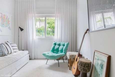 2. A sala fica muito mais linda com uma poltrona capitonê azul – Via: Pinterest