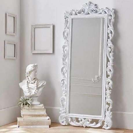 25. O espelho branco vintage de chão complementa a decoração clean. Fonte: Pinterest