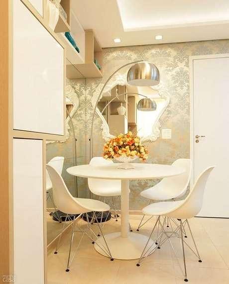 26. O espelho branco vintage decora a sala de jantar. Fonte: Pinterest