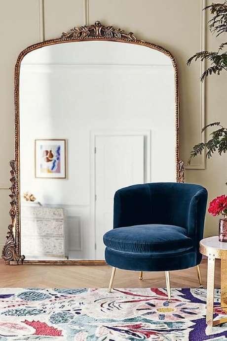 23. O espelho de chão vintage conta com diversos detalhes. Fonte: Pinterest