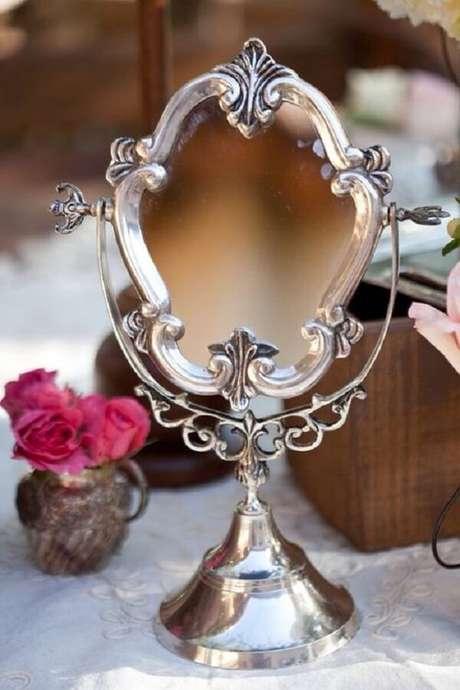 22. O espelho de mesa vintage é um ótimo acessório para compor a penteadeira. Fonte: Pinterest