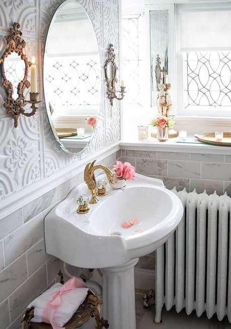 27. O espelho redondo vintage combina com os demais elementos do banheiro. Fonte: Pinterest