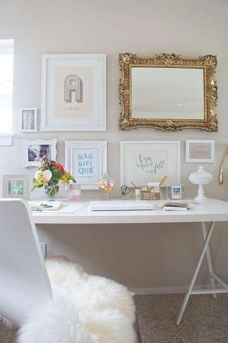 18. O espelho vintage com moldura dourado rouba a cena na decoração. Fonte: Pinterest
