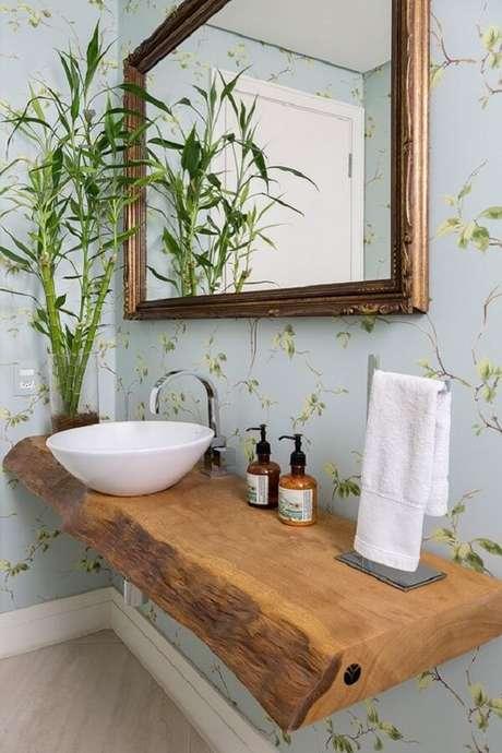 17. O espelho vintage e a bancada suspensa em madeira formam uma combinação harmoniosa. Fonte: Pinterest