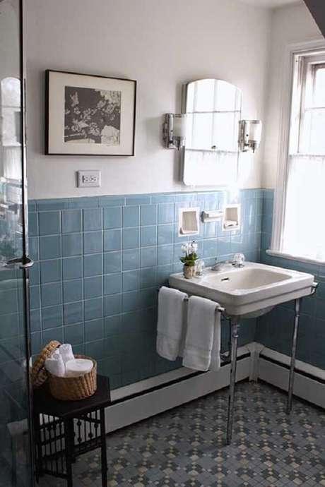 12. O espelho vintage para banheiro conta com luminárias nas laterais. Fonte: Pinterest