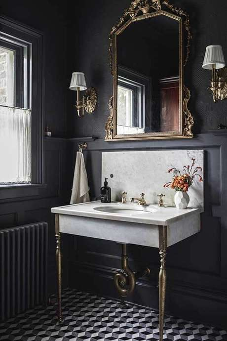 13. O espelho vintage para banheiro traz elegância para a decoração. Fonte: Pinterest