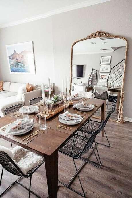 11. O espelho vintage traz a sensação de amplitude para a mesa de jantar. Fonte: Pinterest