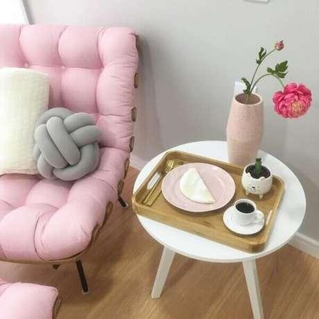 36. Sala romântica com poltrona capitonê rosa – Via: Pinterest