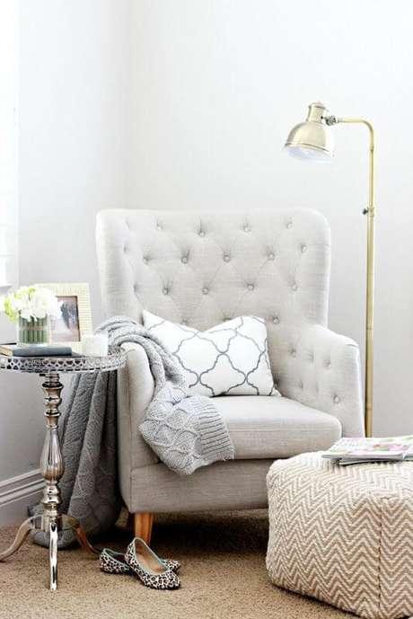 41. Poltrona capitonê bege com almofada confortável – Via: Blog Lovin