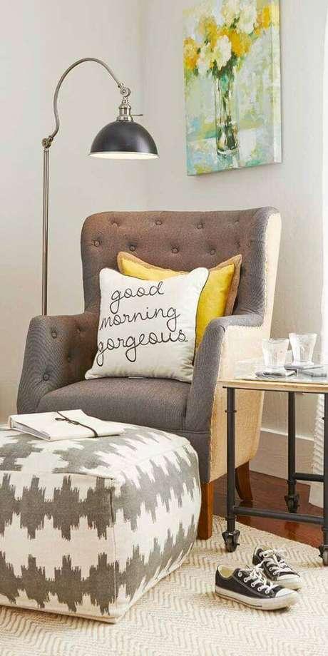 46. Use almofadas para decorar sua poltrona em capitonê – Via: Reciclar e Decorar