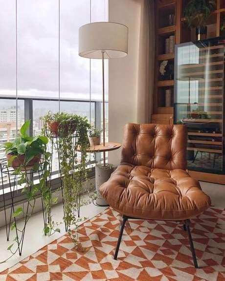 48. Poltrona capitonê de couro na varanda – Via: Pinterest