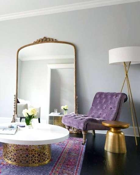 50. Poltrona capitonê lilás na sala clássica – Via: Rabiskos