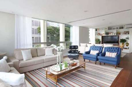 3. Poltrona capitonê azul para sala de estar – Via: Lucia Wjuniski