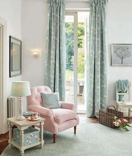 13. Poltrona capitonê rosa claro na sala azul – Via: Pinterest