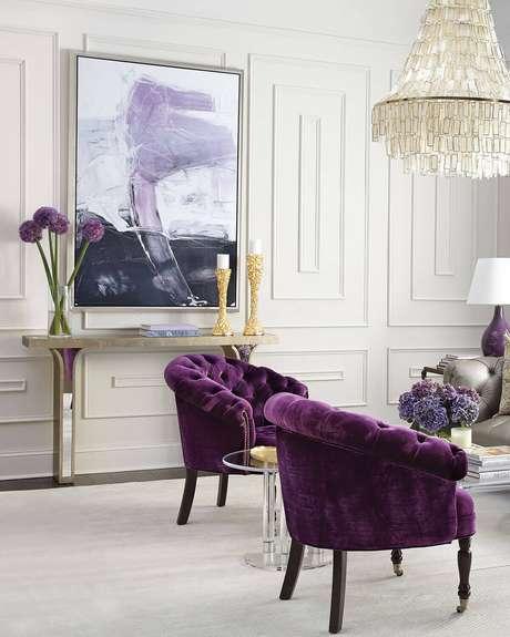18. Decore sua sala chique com a poltrona capitonê roxa – Via: Pinterest