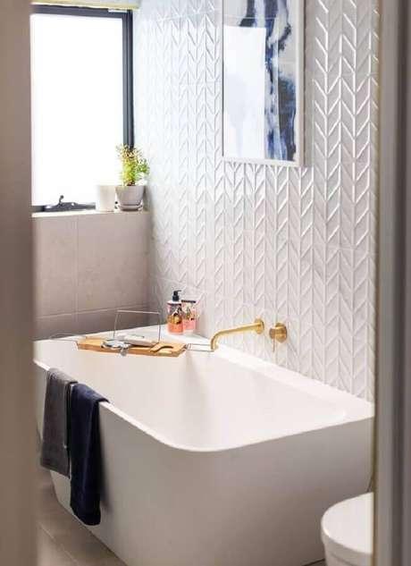 37. Revestimento 3D branco para decoração de banheiro com banheira – Foto: Beaumont Tiles