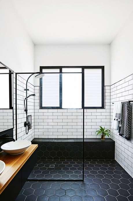 39. Revestimento de parede branco para banheiro minimalista decorado com piso preto hexagonal – Foto: Pinterest