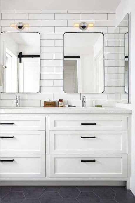 40. Decoração clean com revestimento branco para banheiro – Foto: The Inspired Home