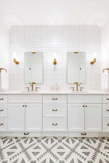 41. Revestimento branco para banheiro planejado – Foto: Caitlin Wilson Design