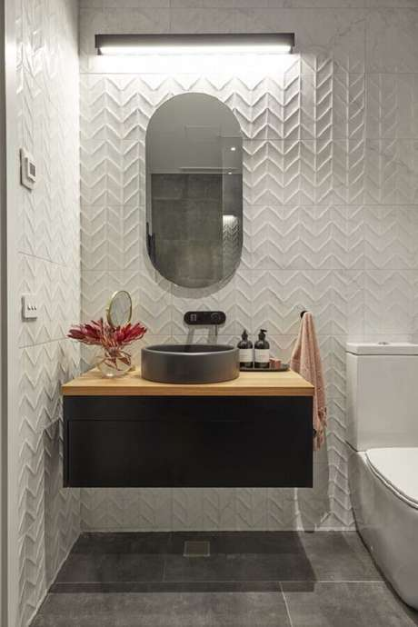 11. Revestimento branco para banheiro decorado com gabinete preto suspenso – Foto: Beaumont Tiles