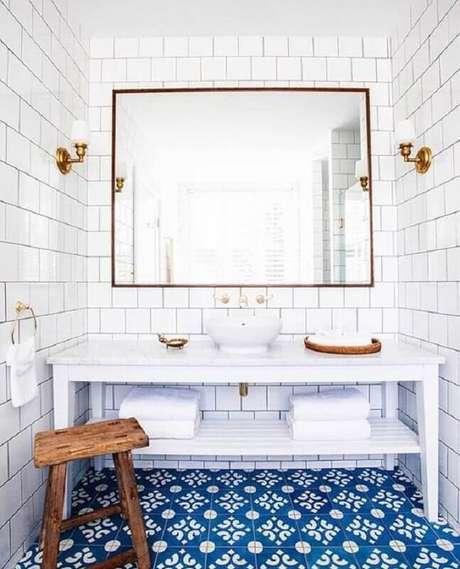 4. Revestimento branco para banheiro decorado com piso azul antigo – Foto: Caitlin Wilson Design