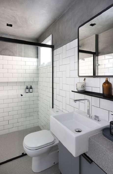 42. Decoração simples com revestimento branco para banheiro com teto de cimento queimado – Foto: Casa de Valentina