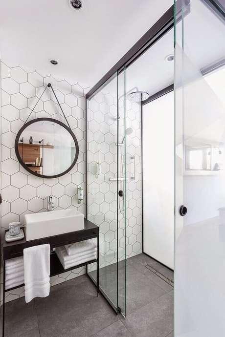 43. Revestimento hexagonal branco para decoração de banheiro minimalista com espelho adnet – Foto: Futurist Architecture