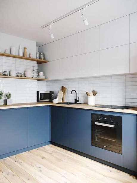 45. Revestimento cerâmico branco para banheiro planejado com gabinete azul – Foto: Arkpad