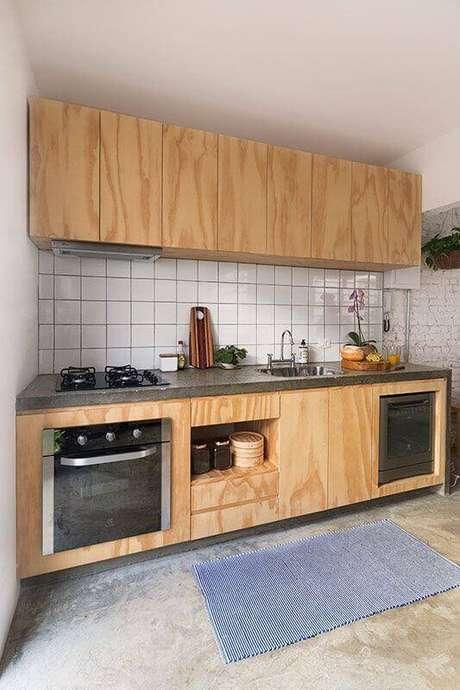 46. Decoração simples para cozinha com revestimento branco e armário de madeira – Foto: INÁ Arquitetura