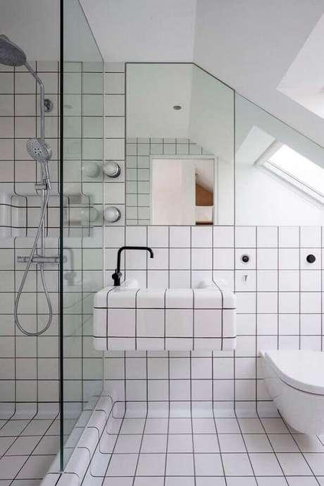 47. Revestimento branco para parede de banheiro com decoração minimalista – Foto: Futurist Architecture