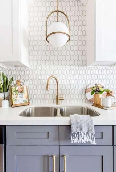 48. Decoração charmosa para cozinha com revestimento branco – Foto: Pinterest