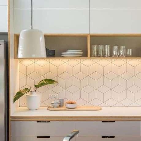 49. Decoração de cozinha com revestimento branco geométrico – Foto: Arkpad