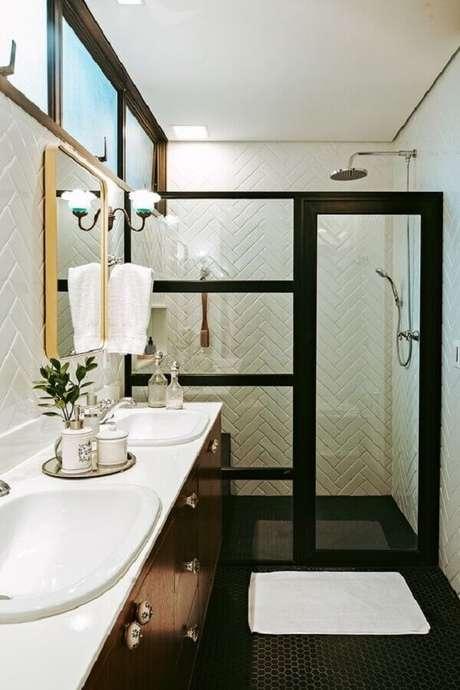 52. Revestimento de parede branco para banheiro com box preto de vidro – Foto: Casa de Valentina