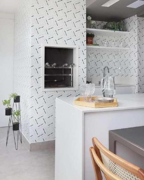 54. Revestimento de parede branco para decoração de área gourmet com churrasqueira – Foto: Pinterest