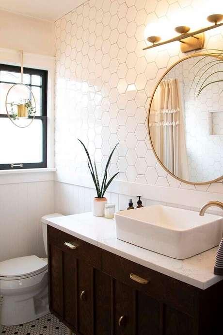 56. Revestimento hexagonal branco para banheiro decorado com espelho redondo – Foto: Apartment Therapy