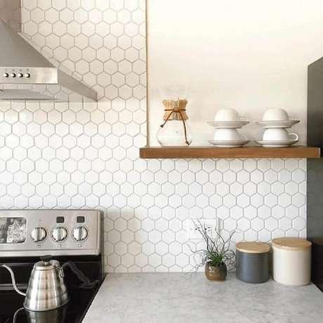 57. Decoração de cozinha com revestimento hexagonal branco – Foto: Decostore