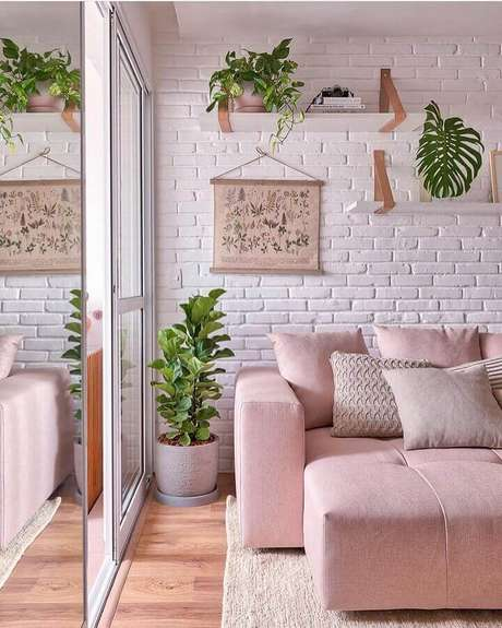 7. Revestimento tijolinho branco para decoração de sala com sofá rosa – Foto: Pinterest