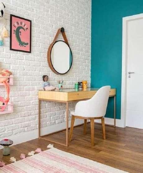 58. Revestimento tijolinho branco para quarto infantil com penteadeira de madeira – Foto: Casa de Valentina