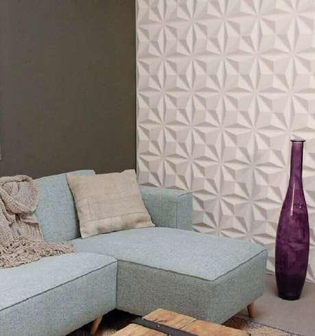 59. Revestimento 3D branco para decoração de sala com sofá azul claro com chaise – Foto: Admirato