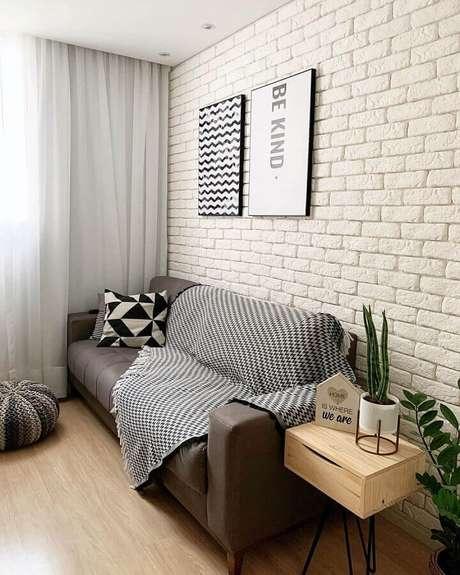 62. Sala simples decorada com sofá cinza e revestimento tijolinho branco – Foto: Home Fashion Trend