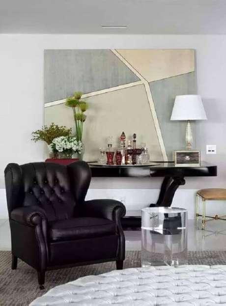 11. Poltrona capitonê preta de couro na sala clássica – Via: Pinterest