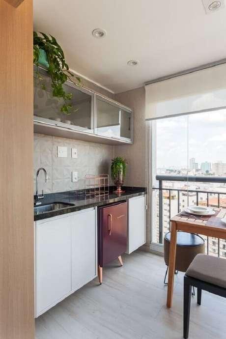 63. Revestimento branco para decoração de varanda gourmet de apartamento – Foto: Rúbia M. Vieira Interiores