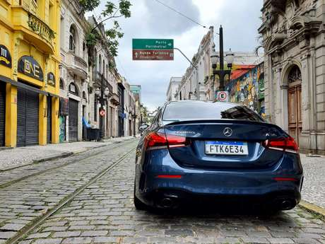Mercedes-AMG A 35 Sedan na Rua do Comércio, em Santos: tradição e modernidade.